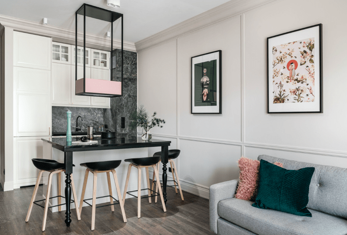 różowo szmaragdowy salon z kuchnią