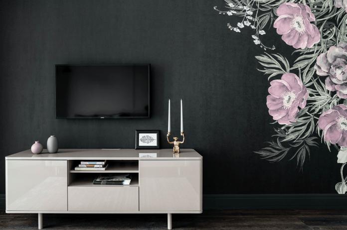 czarna ściana z tapetą w kwiaty