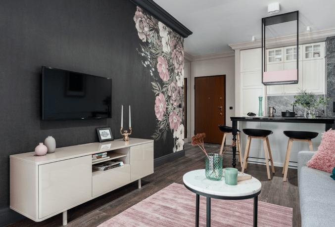czarna ściana w salonie z tapetą