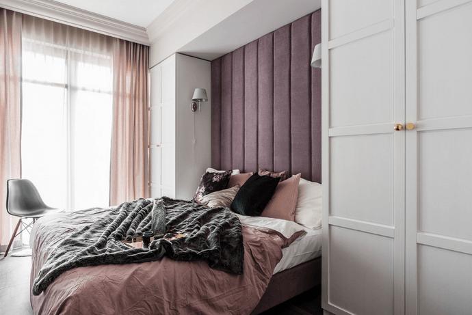 białe kinkiety do różowej sypialni