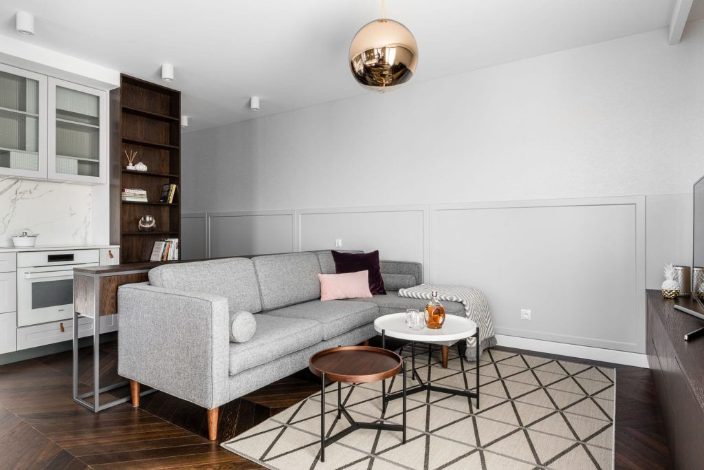 lampa miedziana kula nad kanapę