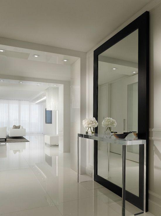 duże lustro w korytarzu