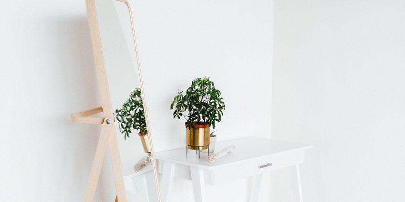 Jak oświetlić lustro w przedpokoju? Dobieramy lampy