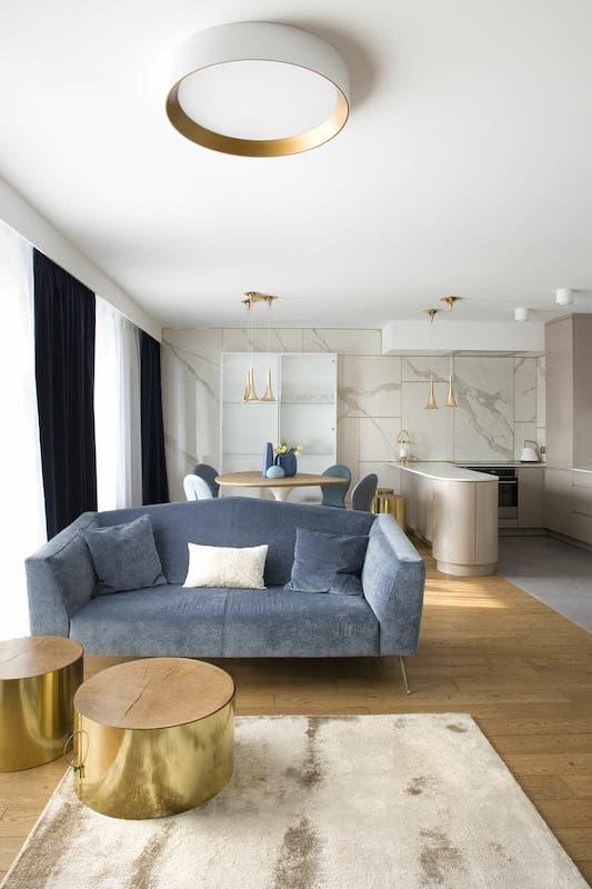 otwarty salon na kuchnię z marmurem