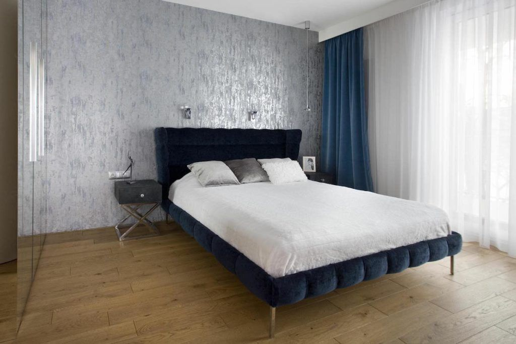 sypialnia z granatowymi zaslonami