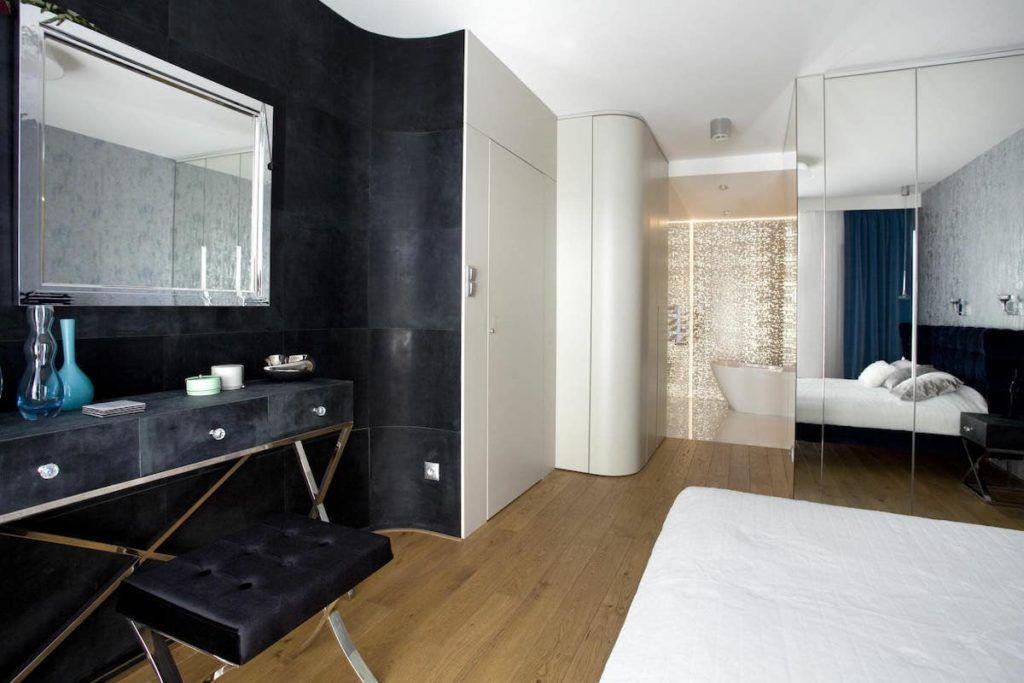 łazienka przy sypialni z toaletką