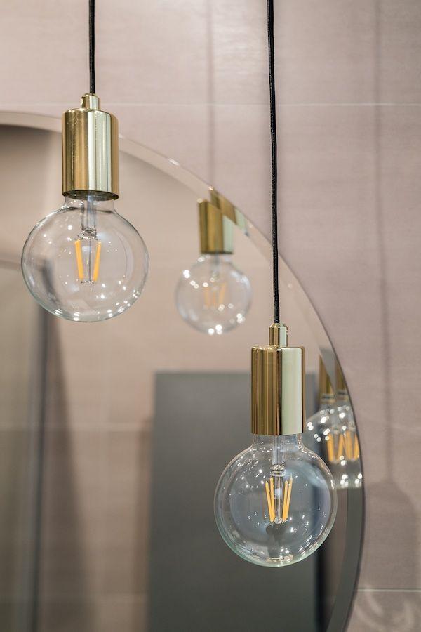 złota lampa z dekoracyjną żarówką