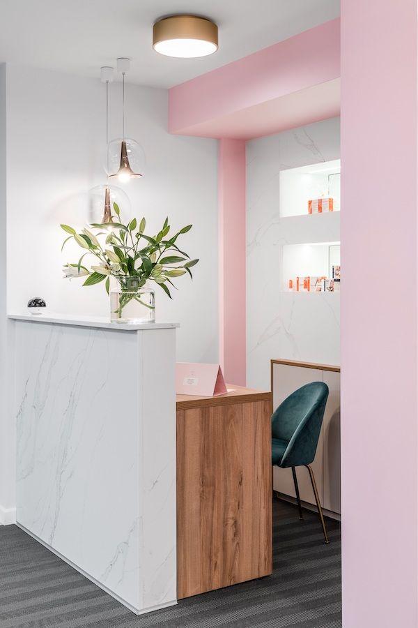różowe ściany i złote marmurowe dodatki