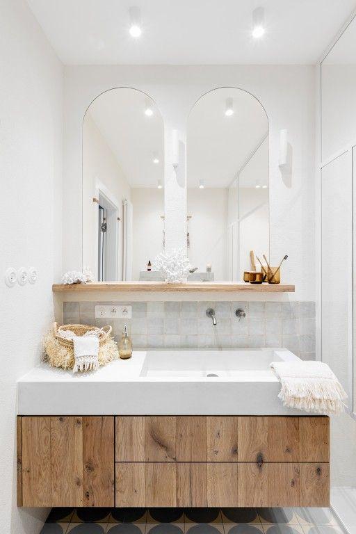 jasna łazienka boho drewniana komoda