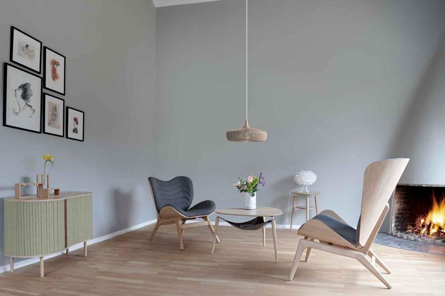 drewniana lampa nad stołem
