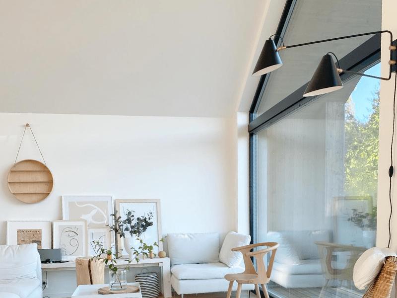 salon w stylu skandynawskim z dużymi oknami