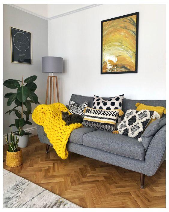 salon w żółtym i szarości aranżacja