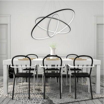 żyrandol ring nad stołem