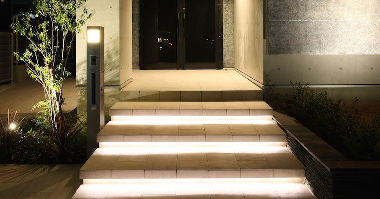Typowy dom jednorodzinny i oświetlenie schodów wejściowych