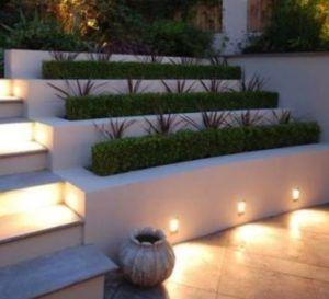 rośliny w podświetlanych donicach
