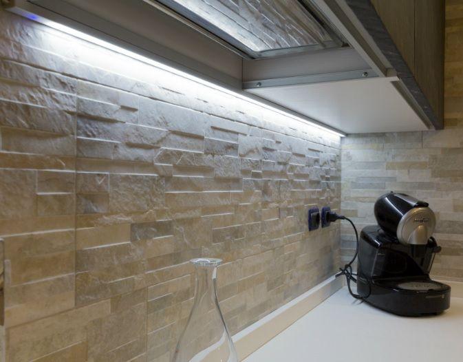 Profil LED jako oświetlenie kamiennej ściany