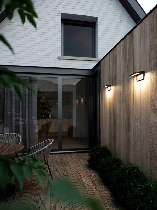 oświetlenie drewnianego płotu