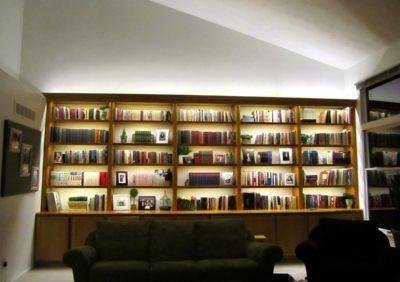 Jak podświetlić drewniane półki – książki, ozdoby, zdjęcia