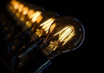 Dlaczego lampa lub żarówka LED nadal świeci po wyłączeniu – zepsuta?