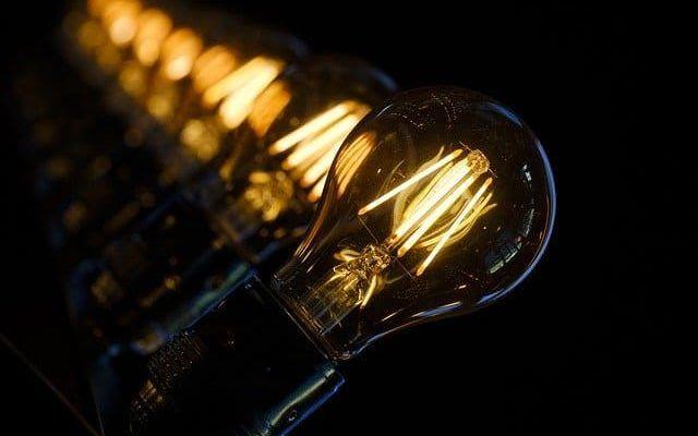 dlaczego żarówka LED świeci po wyłączeniu