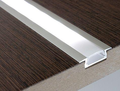 profil LED na panelach podłogowych