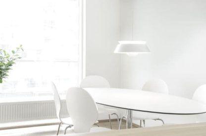 biała lampa wisząca, metalowa - aranżacja jadalnia