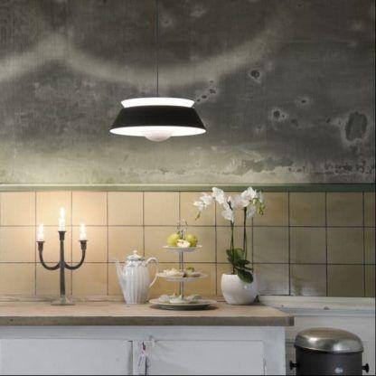 lampa wisząca biało-czarna, retro - aranżacja kuchnia