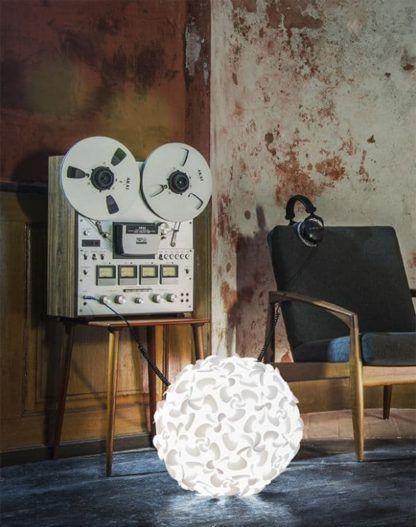 lampa wisząca kula, białe kwiaty - aranżacja