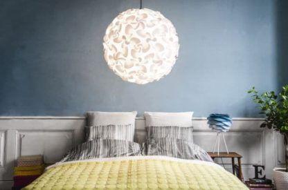lampa wisząca z białym kloszem, styl scandi - aranżacja sypialnia