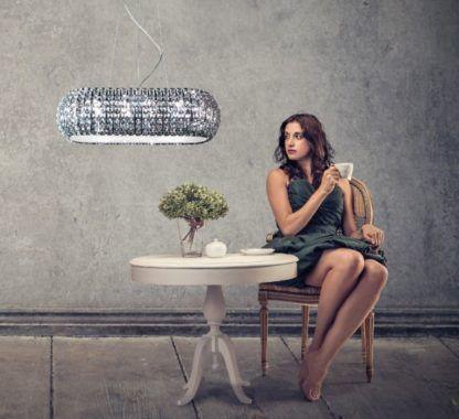 podłużna, kryształowa lampa wisząca do salonnu