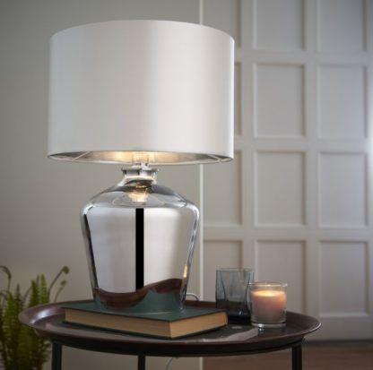 szklana srebrna lampa stołowa
