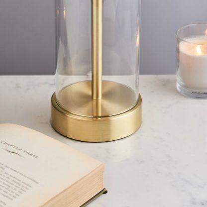 złota lampa stołowa z abażurem
