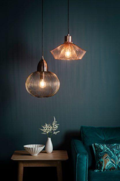 miedziane druciane lampy wiszące szara ściana