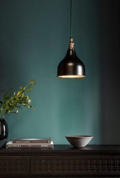 czarna lampa wisząca zielona ściana