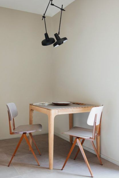 czarna nowoczesna lampa sufitowa nad stół