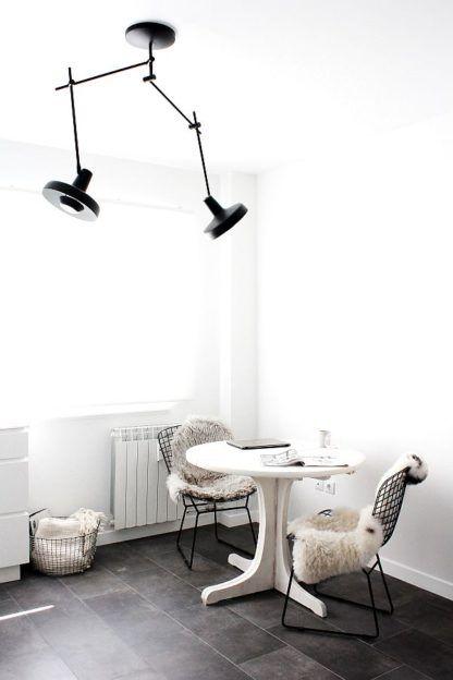 czarna lampa wisząca dwa klosze do salonu