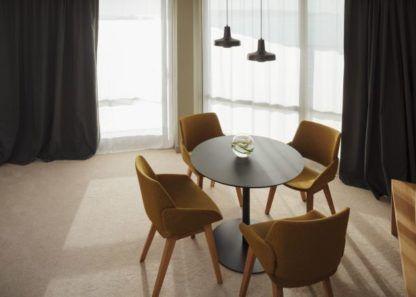 czarna lampa nad stół musztardowe krzesła