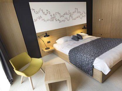 czarna nowoczesna lampa nocna drewniana sypialnia aranżacja