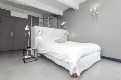biała lampa podłogowa