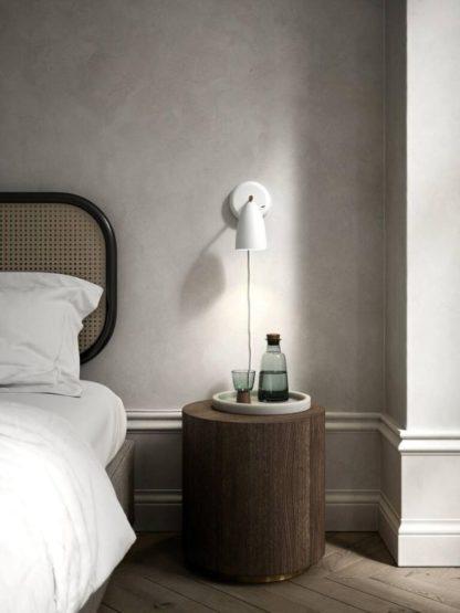 biały kinkiet do sypialni szare ściany