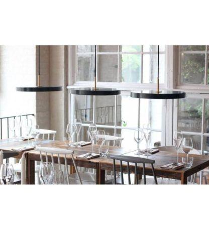 carna płaska lampa wisząca nad stół