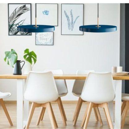 lampy wiszące nad drewniany stół - niebieskie