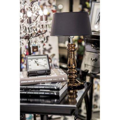 złota lampa stołowa z czarnym abażurem aranżacja