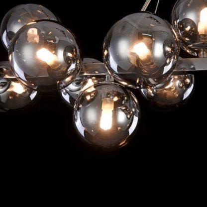 szara, szklana lampa wisząca nad stół