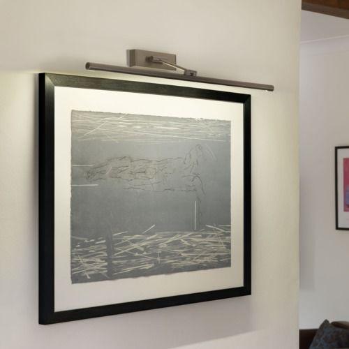 srebrny kinkiet do oświetlania obrazów