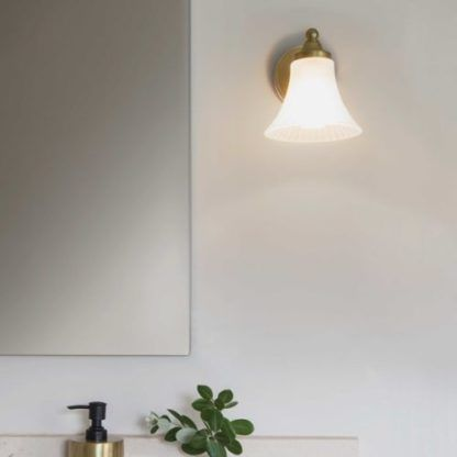 klasyczny kinkiet łazienkowy ze szklanym kloszem