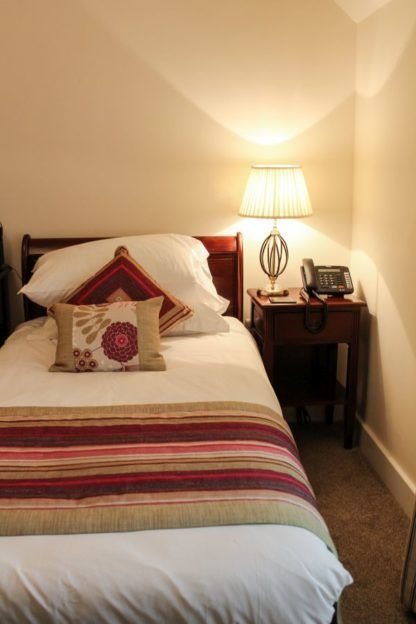 elegancka lampa nocna z białym abażurem - aranżacja sypialnia