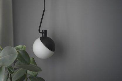 nowoczesna lampa wisząca mleczny klosz
