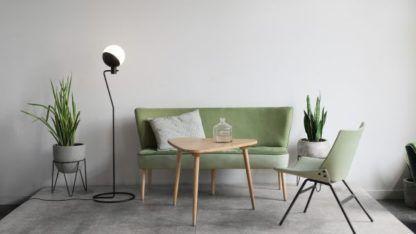 lampa podłogowa do salonu zielona kanapa