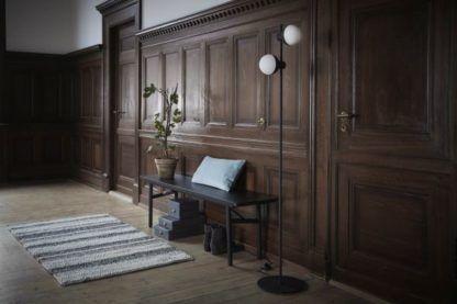 oryginalna lampa podłogowa, minimalizm - aranżacja